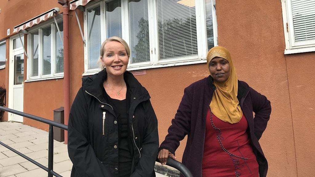Arbetsmarknadssamordnaren Cecilia Albertsson tillsammans med deltagaren Sara Hassan.