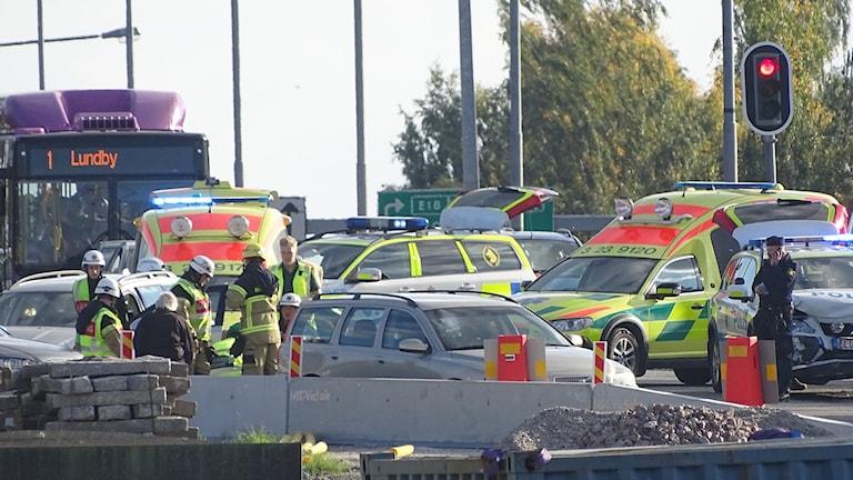 Polisbil i trafikolycka på Hedgatan i Örebro.