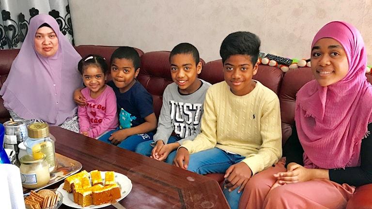 Mamma Saryfas Yousos, Khasiah, Ismael, Hanafi, Yousos och Sophea. Pappa var inte hemma när reportaget gjordes.