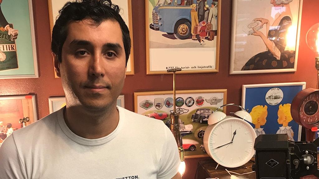Massi Soffi i sin butik där han återanvänder gamla elektroniska prylar.