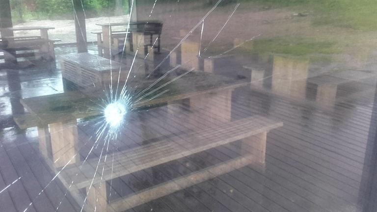 Någon har krossat rutan på glashuset vid Ånnabodasjön.