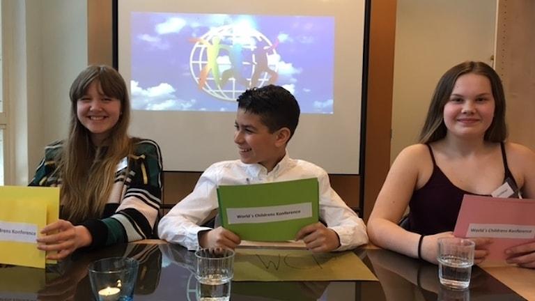 Elever i årskurs sex på Rostaskolan presenterar årets barnrättshjälte, Manuel Rodrigues.