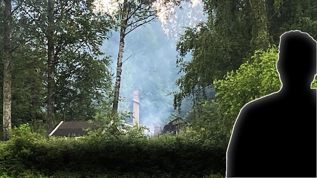Siluett av man mot bild av rök från nedbrunnet hus i Sörbyskogen.