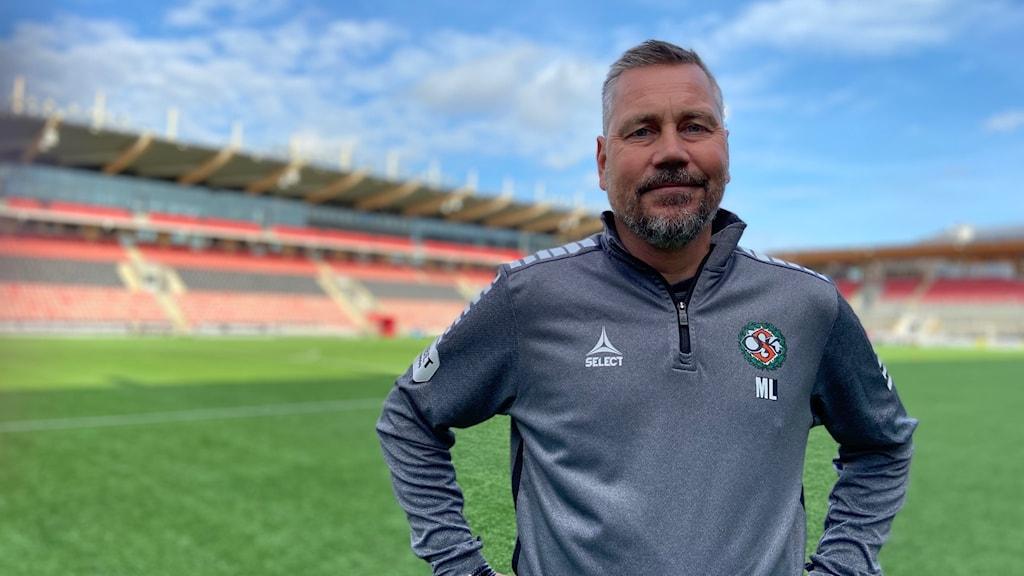 Bild på ÖSKs nye tränare Marcus Lantz vid fotbollsplanen.