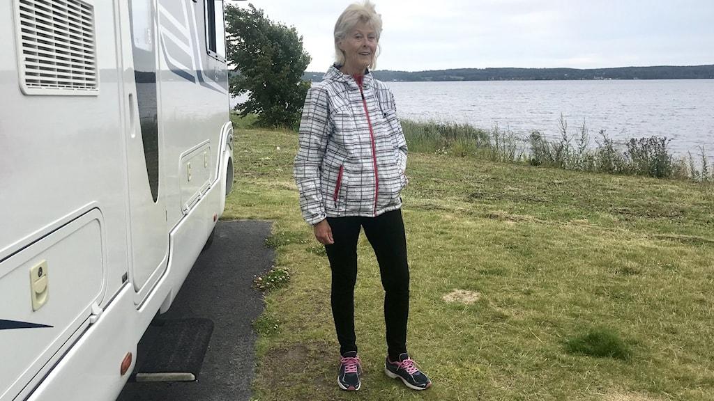 Husbil, campingplats, sjö, kvinna
