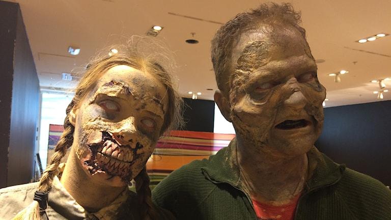 Två av de färdigsminkade zombierna inför kvällens Run for your lives.