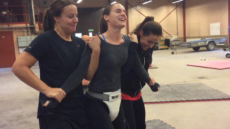 Carola Söberg och Elin Johansson har tagit ett grepp om Hanna Gråhns.