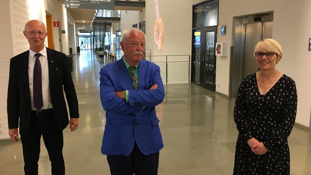 Örebro Universitetsrektor Johan Schnürer,  styrelsordförande Lars Haikola och utredaren Agneta Blom. Foto: Sebastian Sandström/Sveriges Radio