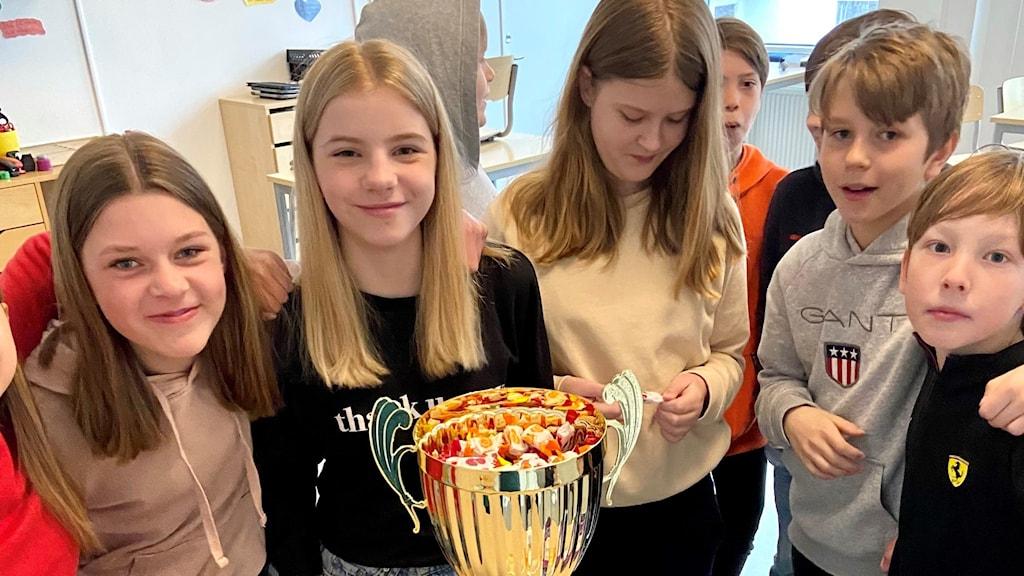 Margit till vänster tillsammans med klasskamraterna vid Vi i femman-pokalen