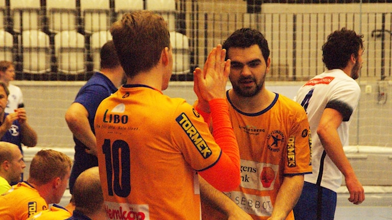 Albin Järlstam, sex mål, applåderar Fatlum Ahmeti, sju mål. Foto: Lasse Hellstrandh/Sveriges Radio