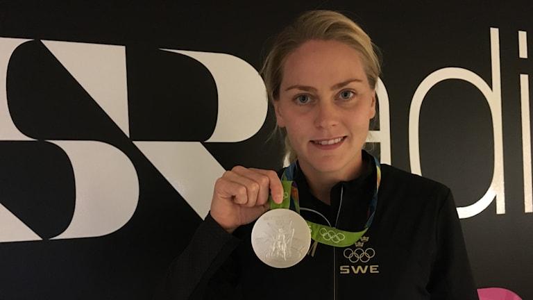 Lisa Dahlkvist visade upp silvermedaljen från OS i Rio.