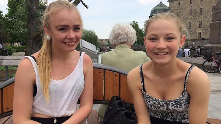 Två tjejer på en bänk