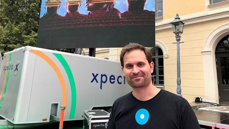 Richard Lekander konstnärlig chef på Länsteatern Örebro framför teatern