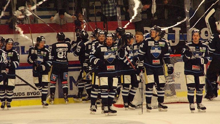Karlskogaspelarna har tackat fansen. Foto: Lasse Hellstrandh/Sveriges Radio