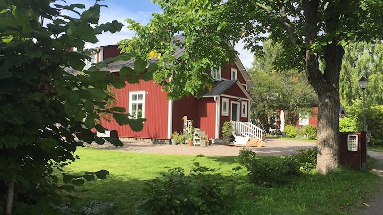 Ett av de röda husen i Rosendal i Karlskoga.