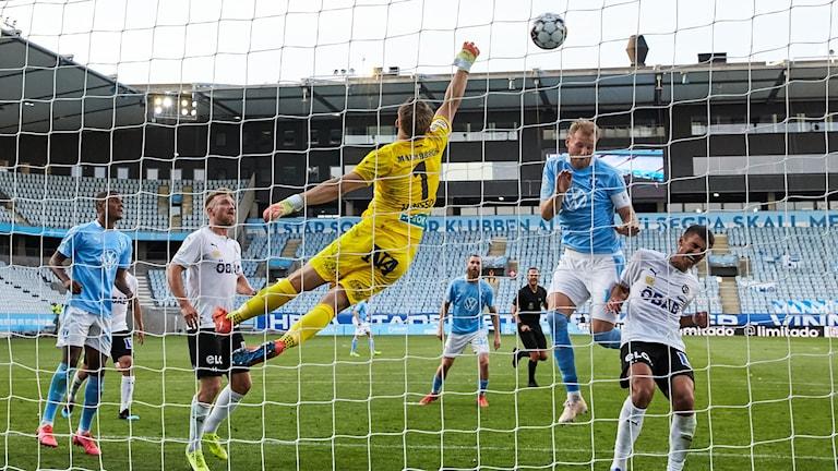 Målvakten hoppar för att stoppa en boll på väg in i mål. Foto:Anders Bjurö/TT