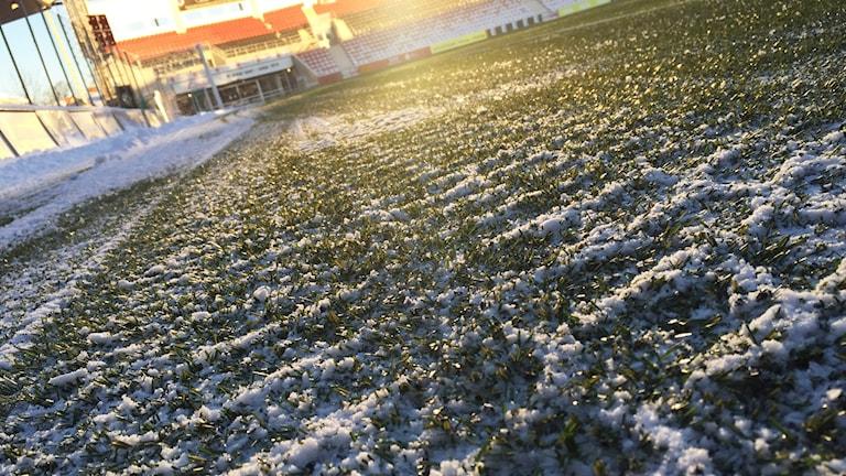 Det ligger snö på fotbollsplanen på Behrn arena på ÖSK:S första träning.