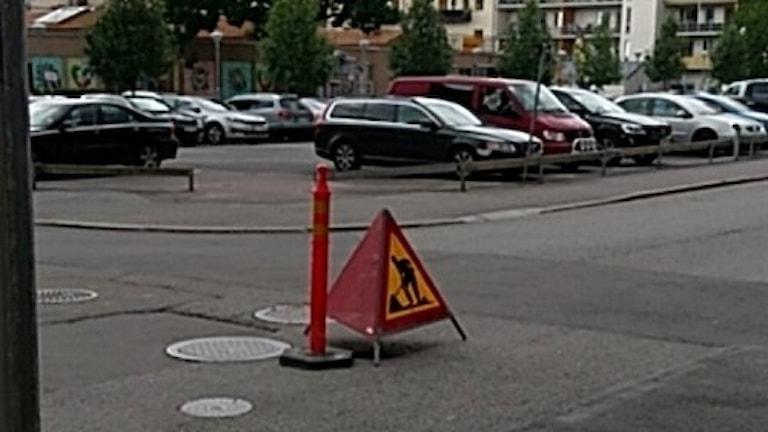 Ett en och en halv meter djupt hål öppnade sig på tisdagseftermiddagen inne i Örebro i korsningen Fredsgatan-Klostergatan.