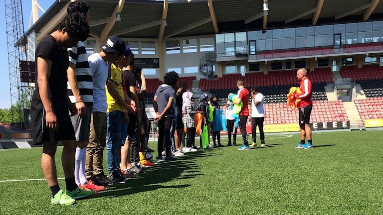 ungdomar förbereder för fotbollsmatch
