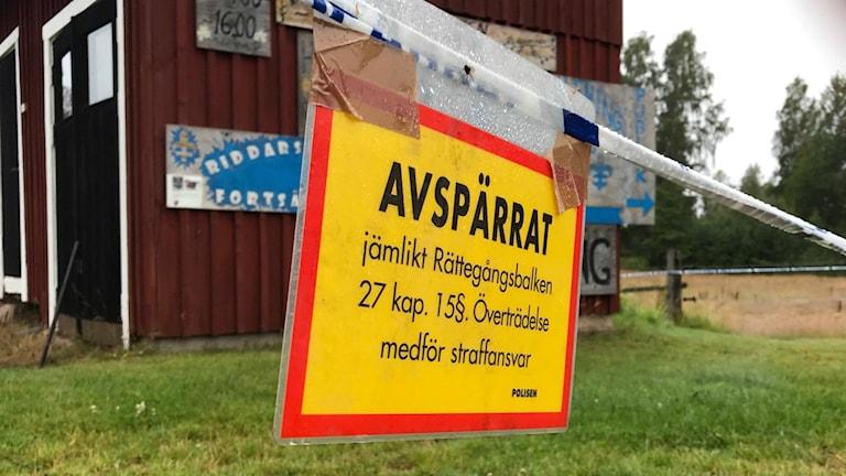 Avspärrat område i det lilla samhället i Laxå kommun där ett par hittades döda i måndags.