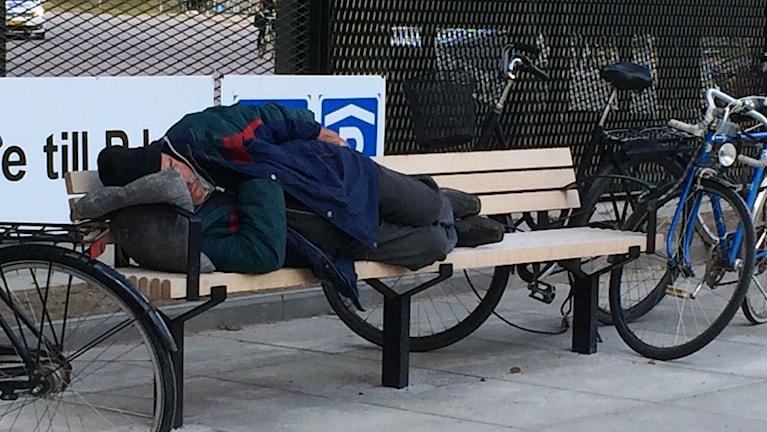 Tiggare sover på bänk i Linköping.