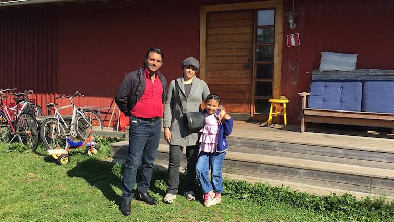 Familjen Taleb Kejok framför huset i Malexander Foto: Lisen Elowson Tosting Sveriges Radio