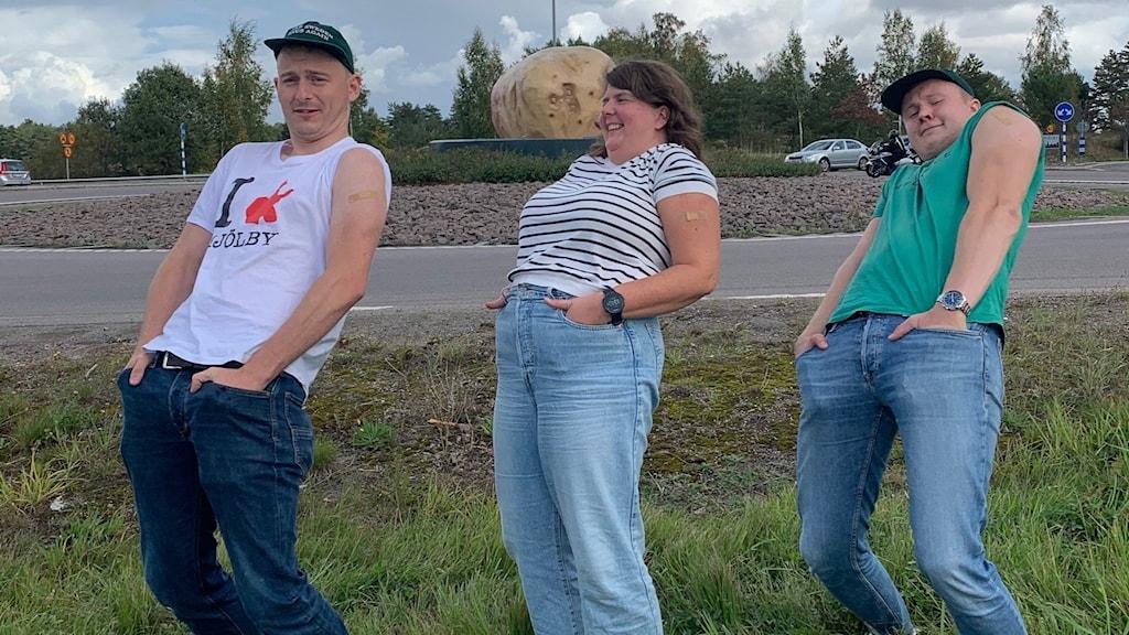"""Regionrådet Kaisa Karro (S) med upphovsmännen bakom """"Mjölbypartiet"""" framför rondell."""