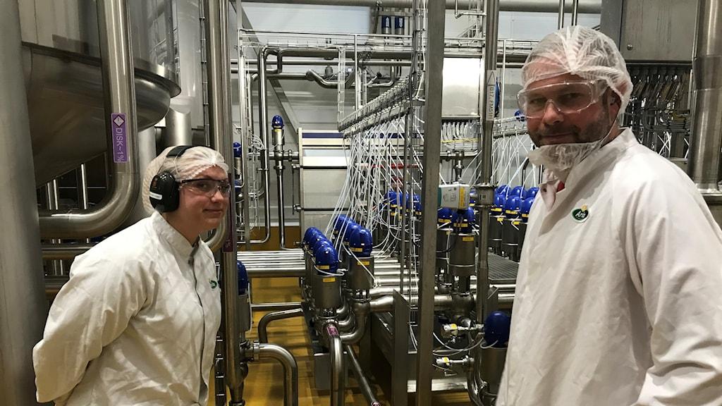Mejeritekniker Nathalie Evefjord och mejerichef Mathias Carlsson inne i Arlas mejeri i Linköping.
