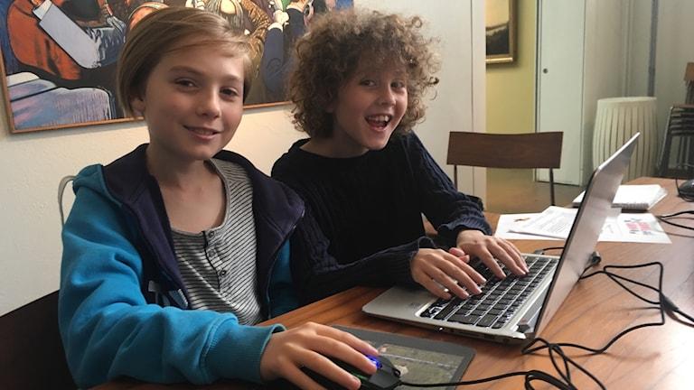 Vilgot Hultcratz och Marcus Gee har tillsammans skrivit ett dataspel som handlar om kungen Du.