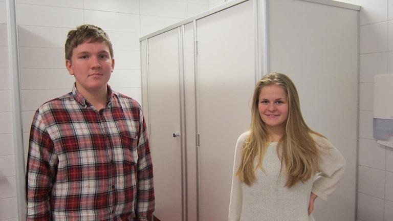 Elevrådsordföranden Viktor Breström och trivselombud Rebecca Olovsson vid två av duschkabinerna.