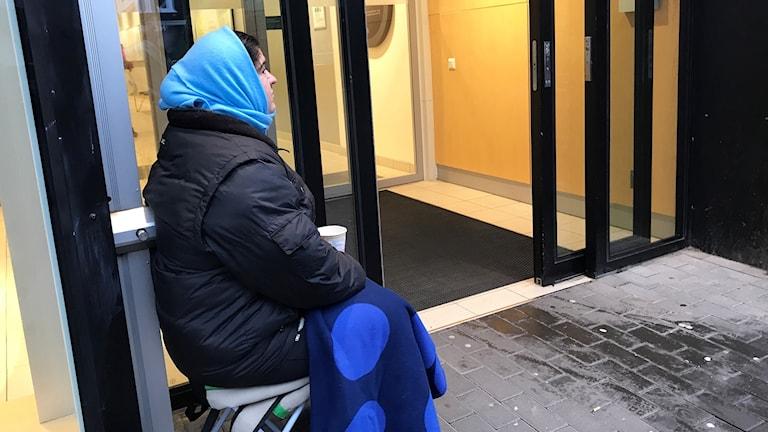 Mihaela från Rumänien tigger i Norrköping.