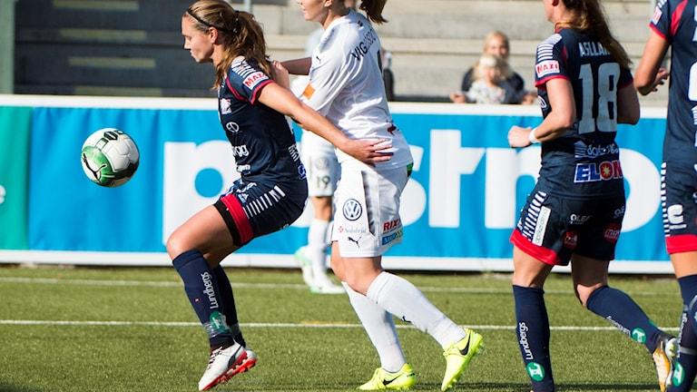 Emma Lennartsson håller undan för bollen