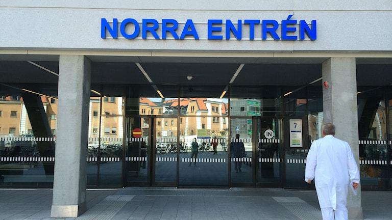Nya Norra entrén på US i Linköping. Läkare hastar in mot dörrarna.