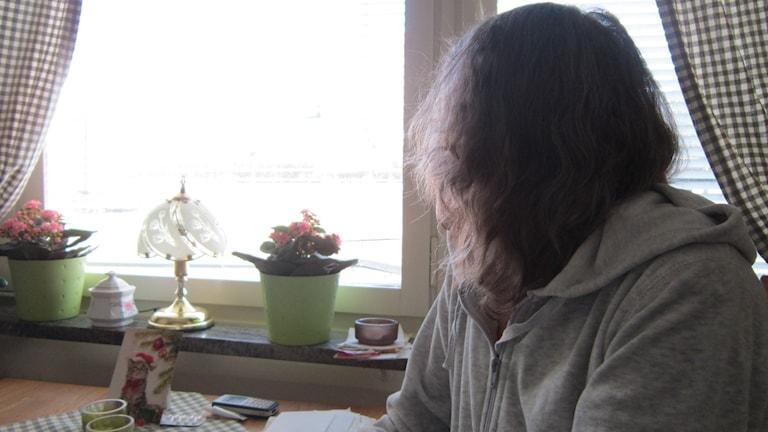 Annika Skardå i Vadstena sitter vid ett fönster hemma.