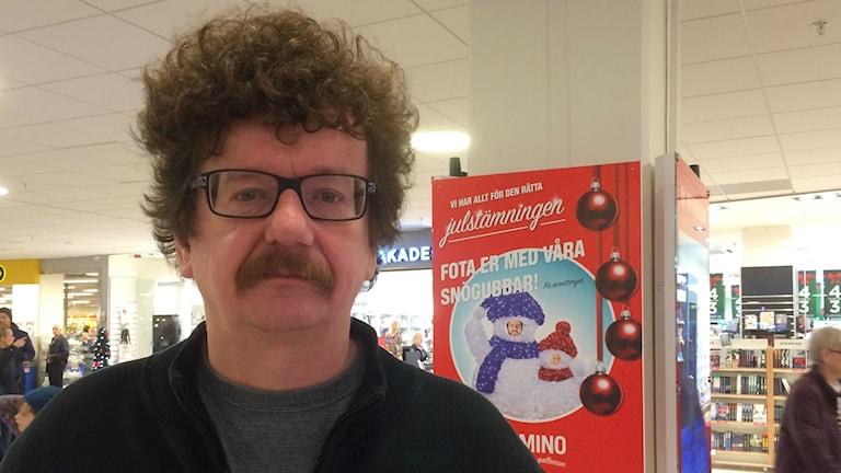 Lars Stjernkvist (S) på politiskt möte ute i julruschen i en galleria.