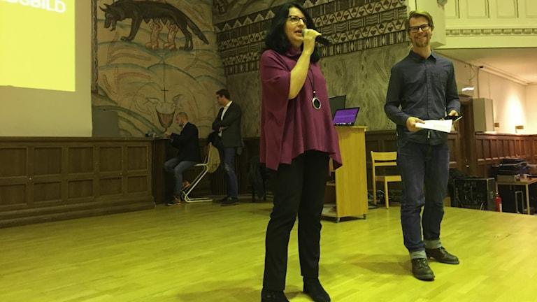 Indira Stefanovic samhällskunskaps och historielärare på katedral  och Nicklas Alsö, projektledare för globala Linköping och fairtrade forum.