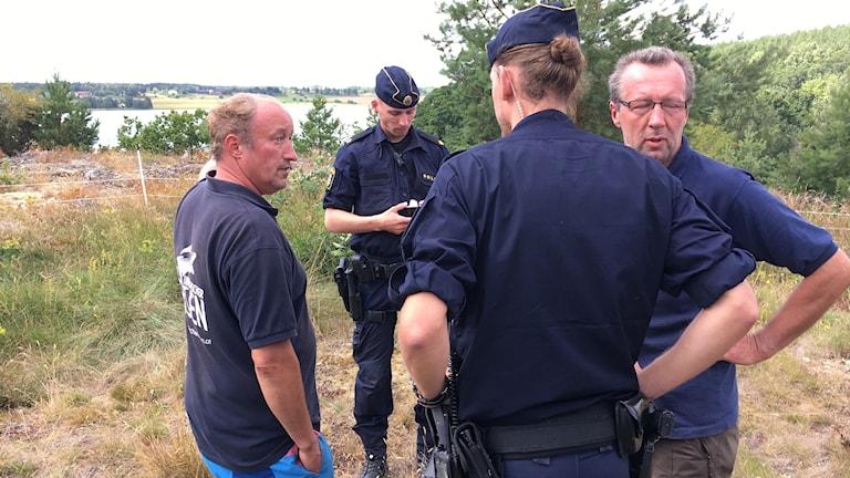 Poliser på brottsplatsen vid Ljuskön.