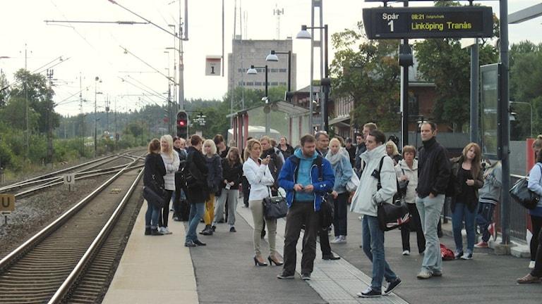 Människor på tågperrongen i Linghem.