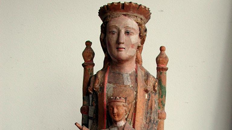 Detalj från en av de stulna träskulpturerna i Tidersrums kyrka. Foto: Linköpings stift
