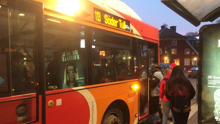 Buss vid Skvallertorget på morgonen