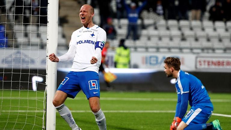 Norrköpings lagkapten Andreas Johansson jublar efter David Moberg Karlssons 2-1 mål under söndagens fotbollsmatch i allsvenskan mellan IFK Norrköping FK och Örebro SK på Östgötaporten.
