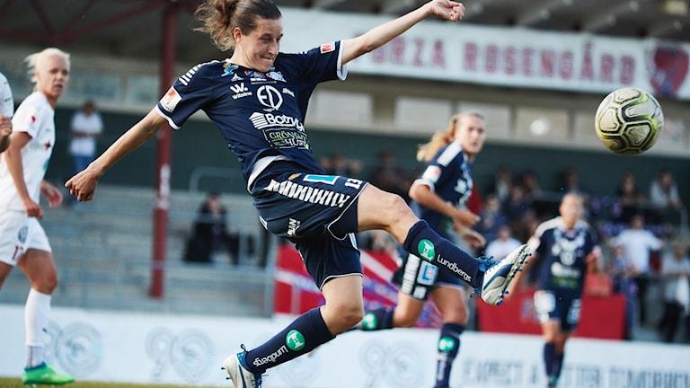 Johanna Rasmussen sparkar bollen
