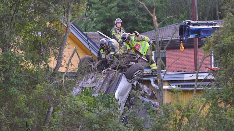 Räddningstjänstpersonal. Upp- och nervänd bil
