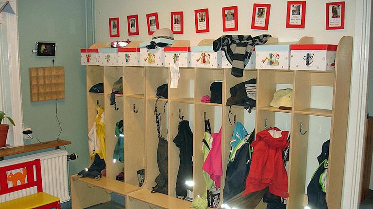 Barnkläder på förskola. Foto: Johan Gustafsson/Sveriges Radio