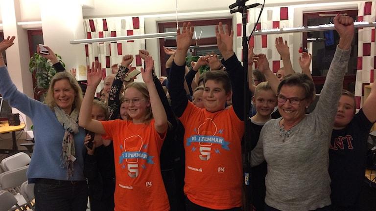 Ella Nordlinder och Alessio Bengtsson tillsammans med 5C Bråviksskolan från Norrköping