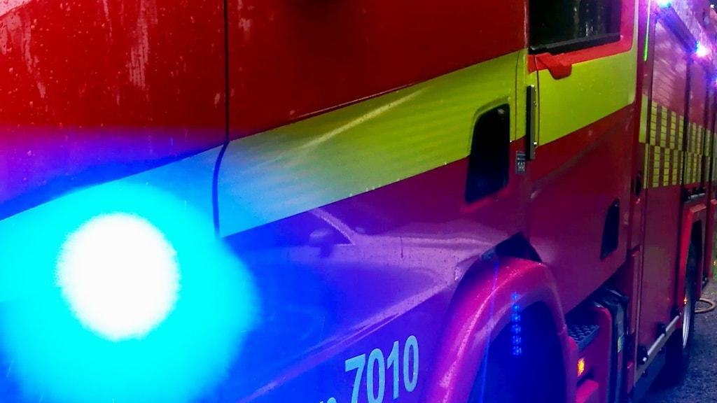 Tre bilar totalförstördes och två skadades vid en misstänkt anlagd bilbrand på pendlarparkeringen i Tornby, Linköping.