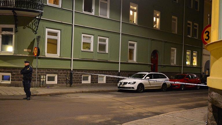 Korsningen S:t Persgatan/Skiljegatan spärrades av av polis under måndagskvällen.