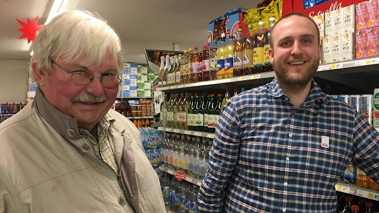 Torbjörn Pettersson och handlare Martin Andersson framför butikshyllorna i närmatbutiken  i Bestorp.