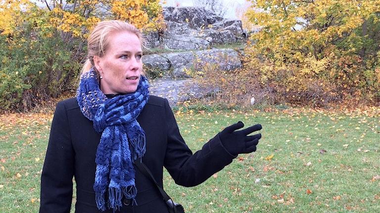 Linköpingshistorikern Annika Sandén på Galgberget i Norrköping.