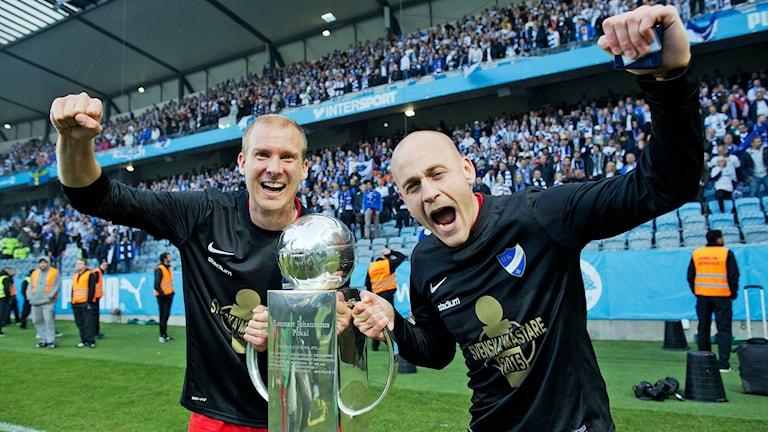 IFK Norrköpings Andreas Johansson och Daniel Sjölund med SM-bucklan.